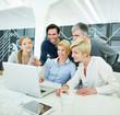 Business Team erhält Schulung am Computer