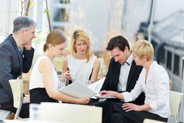Geschäftsleute arbeiten im Team im Freien
