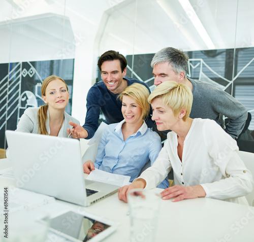 Business Team erhält Schulung am Computer - 69631564