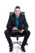 Junger sympathischer Geschäftsmann notiert Gespräch
