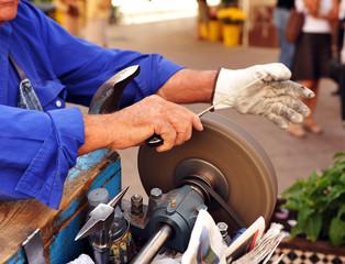 Afilador tradicional trabajando en la calle
