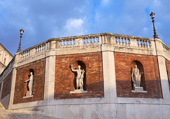 Wall with antique statues around The Quirinal Palace (Palazzo de