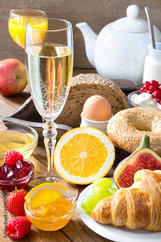 Keuken foto achterwand Boord Sekt und Frühstück