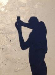 ombra di un ragazzo che si fa un selfie