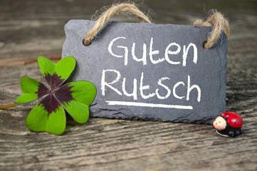 Kreidetafel mit Kleeblatt und Marienkäfer und Guten Rutsch