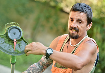 jardinier avec tondeuse