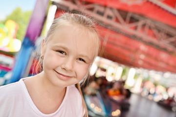 jeune fille dans le parc d'attractions