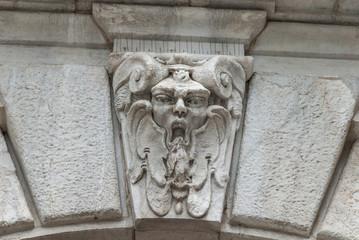Faccia scolpita di marmo, Fregio decorazione spaventosa