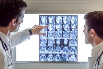 Ärzte besprechen eine MRT-Aufnahme