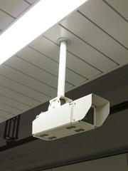 地下鉄ホームの監視カメラ