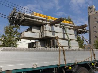 トラックに積んだ建築資材