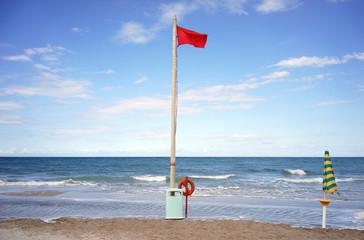 Bandiera rossa e ombrellone