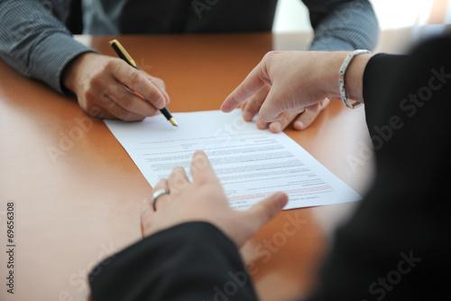 personne indiquant l'endroit de signature de contrat - 69656308