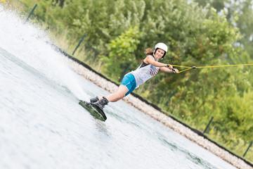 Schöne Frau beim Wassersport blickt in die Kamera