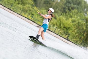 Frau auf Wakeboard dynamisch