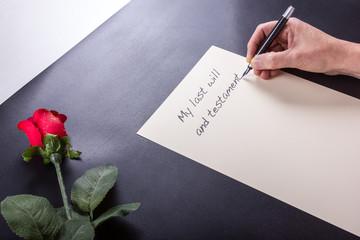 Seniorin schreibt das Testament und den letzten Willen