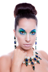 Cara de mujer con la moda de maquillaje brillante