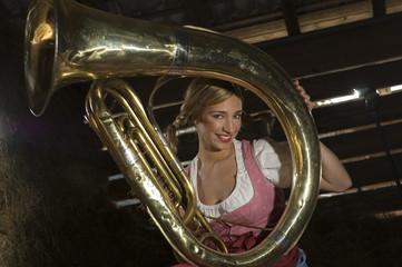 Junge Frau in Tracht , mit einem Tuba , Portrait