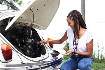 junge Frau macht einen Ölwechsel