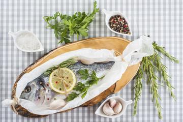 Dorada fresca en la mesa de la cocina preparada para hornear