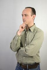 Mann mit skeptischem Blick