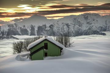 baita al tramonto in montagna
