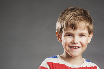 Vorschulkind Junge: Lachen - Porträt Serie Emotionen