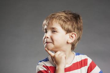 Vorschulkind Junge: Schelmischer Blick - Serie Emotionen