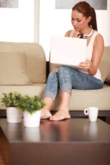 junge Frau surft im Internet