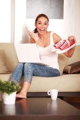 junge Frau freut sich über neue Schuhe
