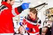 Notärzte helfen verletzte Frau in Ambulanz