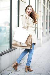 Frau beim Shoppen - überraschter Blick