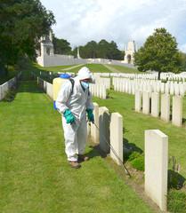 entretien des tombes du cimetière militaire d'Etapes