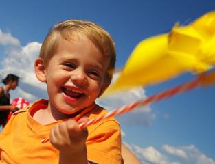 enfant jouant avec un tourniquet
