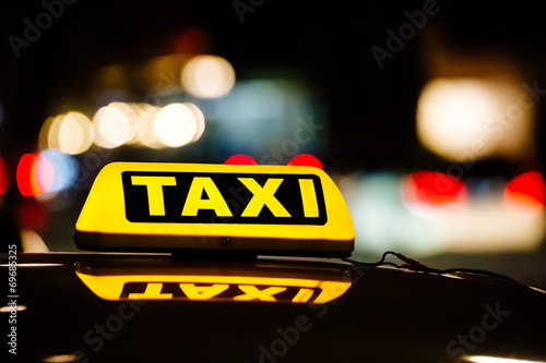 Leinwanddruck Bild Taxischild in der Nacht