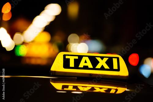 Taxischild in der Nacht - 69685368