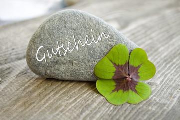 Stein mit Klee und Gutschein