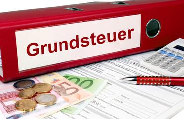 Grundsteuer Ordner mit Geld und Taschenrechner, rot