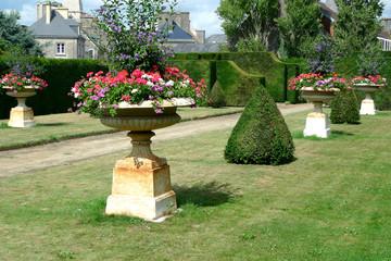 Vasques piédestal dans jardin