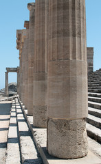 колонны и ступени древнегреческого храма в Линдосе
