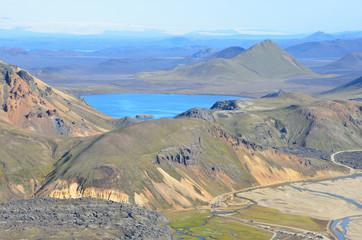 Исландия, долина Ландманналёйгар, озеро и риолитовые горы