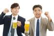 ビールを飲む二人のビジネスマン
