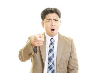 怒った表情のビジネスマン