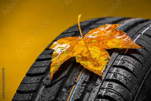 Keuken foto achterwand Canada Canadian car car tires with autumn leaf