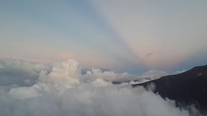 En montaña, sobre nubes.