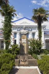 Памятник Лазареву на железнодорожной станции Лазаревская