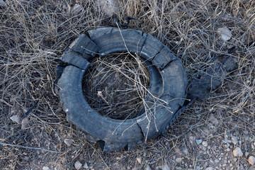 vieux pneu sur le sol