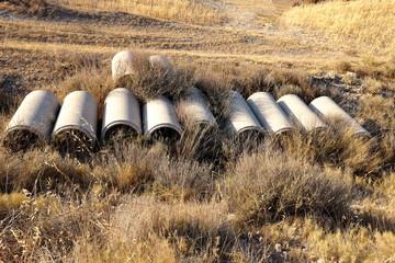 Tuyaux de béton dans un champ