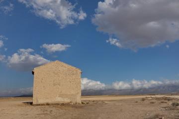 Maison dans la campagne, ciel bleu
