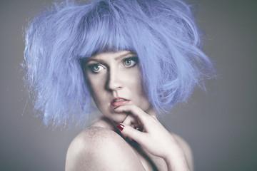 Blasse Frau mit blauen Haaren